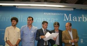 De izqda a drcha José Carlos Núñez (CSSP); Miguel Díaz (IU), José Bernal (alcalde); Javier Porcuna (PSOE) y Manuel Osorio (OSP) este viernes en rueda de prensa. Foto/ marbellaconfidencial.es