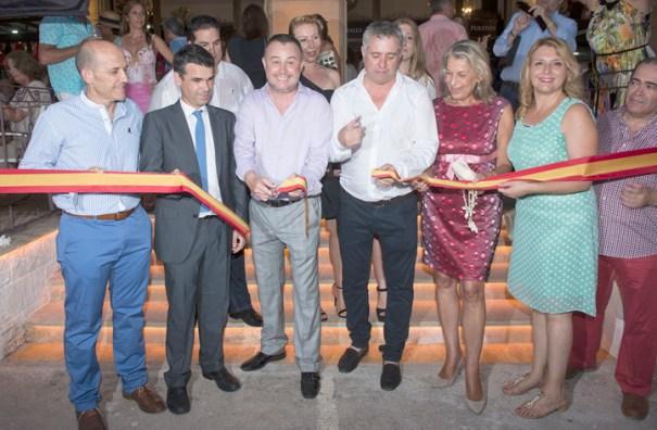 Momento del corte de la cinta inaugural a manos del alcalde de Marbella, José Bernal, acompañado de los concejales Manuel Osorio, Kika Caracuel, Ina Isabel González y Francisco García.