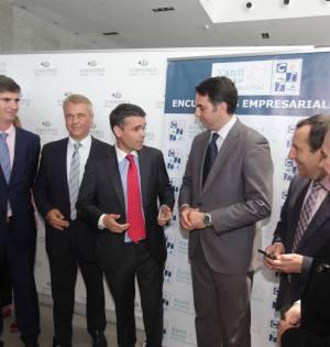 El alcalde de Marbella, José Bernal, charla con el consejero de Turismo, Javier Fernández y otras autoridades antes del almuerzo que ha protagonizado en el CIT este jueves.