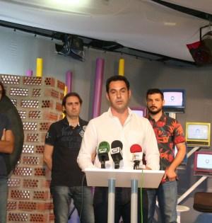 El concejal de Comunicación, Miguel Díaz, este lunes en rueda de prensa junto a responsables de RTVMarbella. Foto/ marbellaconfidencial.es