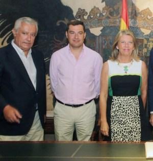 La exalcaldesa de Marbella Ángeles Muñoz, junto a Javier Arenas y Juan Manuel Moreno Bonilla, durante la visita de ambos al Ayuntamiento, en agosto de 2014