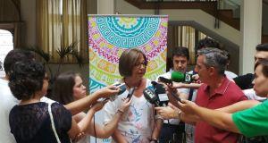 La consejera de Educación, Adelaida de la Calle, este viernes, atendiendo a los periodistas en Marbella. Foto/ Europa Press.