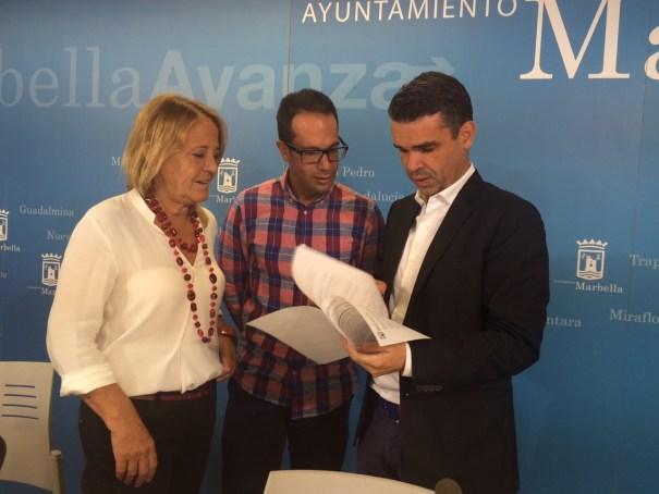 El alcalde de Marbella, José Bernal (primero izqda) junto a la edil Ana Leschiera y el coordinador Carlos Suffo, durante la presentación del Plan de Diversidad este viernes