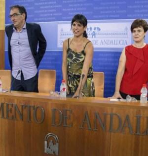 La líder de Podemos en Andalucía, Teresa Rodríguez (centro), en imagen de archivo, durante una comparecencia en el Parlamento Andaluz junto a otros dos diputados de su formación política
