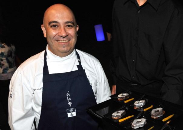 El chef del restaurante El Lago (una estrella Michelin), Diego del Río, muestra un postre con el logotipo de Renault en la presentación del nuevo Space de Rombosol este viernes. Fotos/ MARBELLA IMAGEN