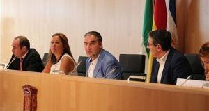 El presidente de la Diputación de Málaga, Elías Bendodo (centro) durante el pleno de la institución celebrado este jueves. Foto/ Europa Press