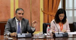 El presidente de la Diputación de Málaga, Elías Bendodo, durante su intervención este martes en el Parlamento de Andalucía. Foto/ Europa Press