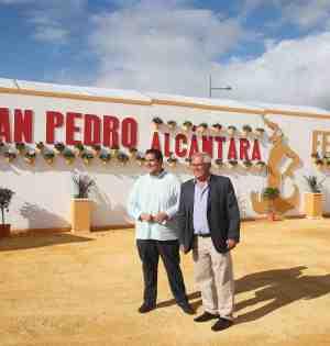 El teniente de alcalde de San Pedro, Rafael Piña (drcha) junto al edil de Fiestas (Manuel García) este miércoles al inaugurar el recinto ferial de San Pedro