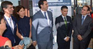 Fernández, en el centro, flanqueado a su izquierda por Bernal, este jueves en el Hotel Guadalmina. Foto: Europa Press