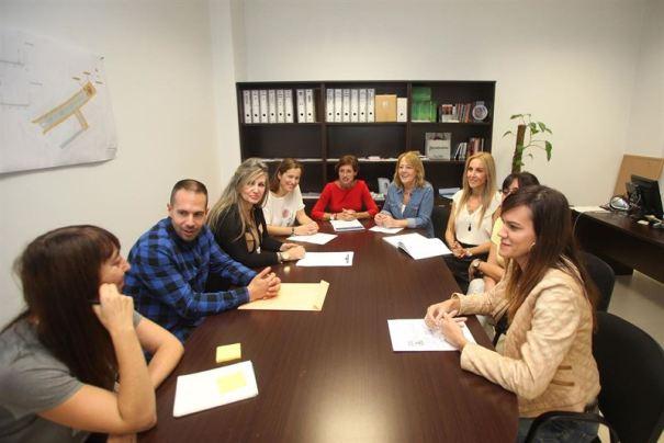 Reunión de la delegada de Igualdad, Ana Leschiera (fondo segunda drcha) con miembros de su equipo. Foto/ Europa Press