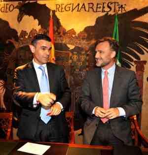 El alcalde de Marbella, José Bernal, junto al consejero de Ordenación de la Junta, José Fiscal, en imagen reciente. Foto/ MARBELLA IMAGEN
