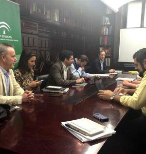 Imagen de una de las reuniones de la Comisión Técnica celebrada entre Junta y Ayuntamiento de Marbella. A la derecha de la imagen el abogado Carlos Cañavate, asesor de Alcaldía. Foto/ Europa Press