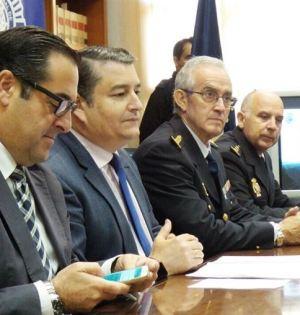 El delegado del Gobierno en Andalucía, Antonio Sanz (segundo por la izqda) junto al subdelegado, Miguel Briones, este jueves con autoridades policiales en Málaga. Foto/ Europa Press