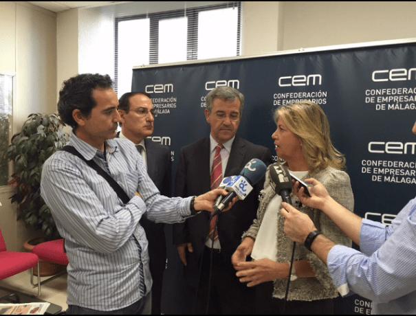 La candidata al Senado del PP por Málaga, Ángeles Muñoz, atiende a los medios este martes junto al cabeza de lista al Congreso, José María García Urbano, en la sede de la patronal malagueña