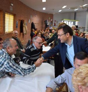 El cabeza de lista del PSOE por Málaga al Congreso, Miguel Ángel Heredia, este martes durante una visita a un centro de mayores. Foto/ Europa Press