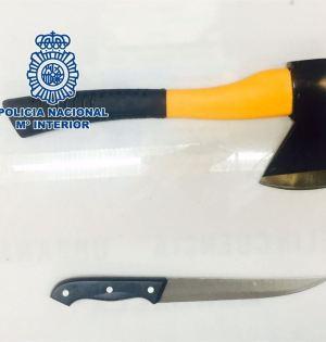 El hacha y el cuchillo utilizados por los atracadores detenidos que actuaban en hoteles de Marbela. Foto/ Europa Press