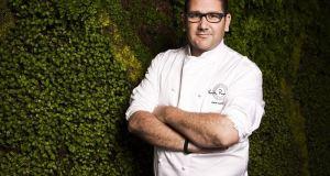 El chef Dani posa frente a su restaurante del Hotel Puente Romano en Marbella. Foto/ Europa Press