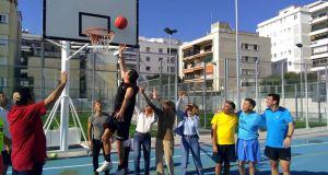 Concejales del PP de Marbella y cargos de la dirección durante el partido simbólico de baloncesto que han protagonizado este sábado en el Francisco Norte. Foto/ EP-PP