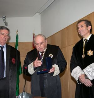 Pedro Apalategui, primero por la izqda recibiendo la distinción. Foto/EUROPA PRESS