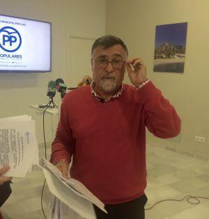 El concejal del PP de Marbella Baldomero León este lunes en rueda de prensa. Foto/ marbellaconfidencial.es