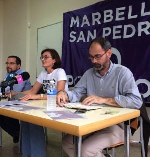De drcha a izqda el diputado por Málaga de Podemos, Antonio Montero ; la edil marbellí Victoria Mendiola y el diputado por Sevila y exsecretario de Organización de Podemos, Sergio Pascual. Foto/ marbellaconfidencial.es