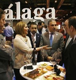 Elías Bendodo (centro) en el salón Gourmet de Madrid. Foto/ Europa Press