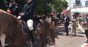 Imagen de la escolta brindada por la Policía Local de Marbella al miembro del PSOE que se casaba. Foto mostrada por el PP en rueda de prensa