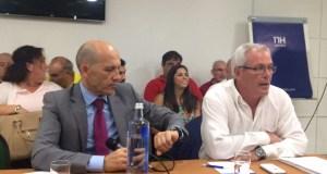 Los concejales de OSP, Manuel Osorio, presidente del partido, y Rafael Piña, vicepresidente, al inicio de una asamblea de la formación, en imagen de archivo. Foto/ marbellaconfidencial.es