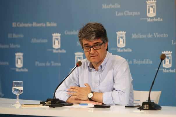 El secretario de Organización del PSOE de Marbella, Javier Porcuna, este martes en rueda de prensa, como portavoz del equipo de gobierno tripartito