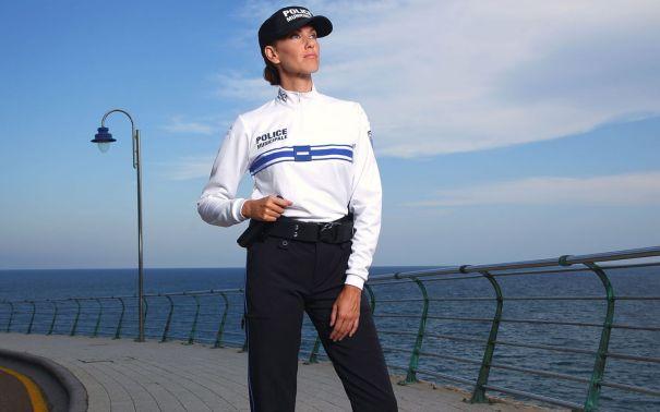 Modelo de uniforme con camisa blanca de la Policía de Niza que ofrece la empresa española Insigna. Foto/ web Insigna.es