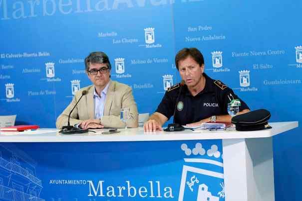El jefe de la Policía Local de Marbella, José Andrés Montoya, toma la palabra durante la rueda de prensa de este martes junto al edil de Seguridad, Javier Porcuna