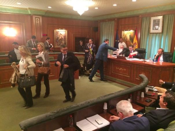 Los ediles del PP abandonan el Pleno tras una trifulca con los concejales del Equipo de Gobierno. FOTO// marbellaconfidencial.es
