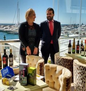 El diputado provincial responsable de Sabor a Málaga, Jacobo Florido, este lunes junto a la directora general de la firma, Leonor García Agua, durante la presentación en Puerto Banús. FOTO/ EP