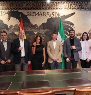 Imagen del alcalde de Marbella, José Bernal, y el edil de Empleo, Manuel Morales, en la entrega de llaves a los emprendedores este martes. FOTO/ EP-AYTO