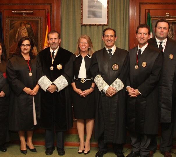El fiscal jefe de área de Marbella, Julio Martínez Carazo (tercero por la derecha) junto a la alcaldesa de Marbella Ángeles Muñoz, en imagen de archivo durante un acto del Colegio de Abogados. FOTO/ web Ayto.