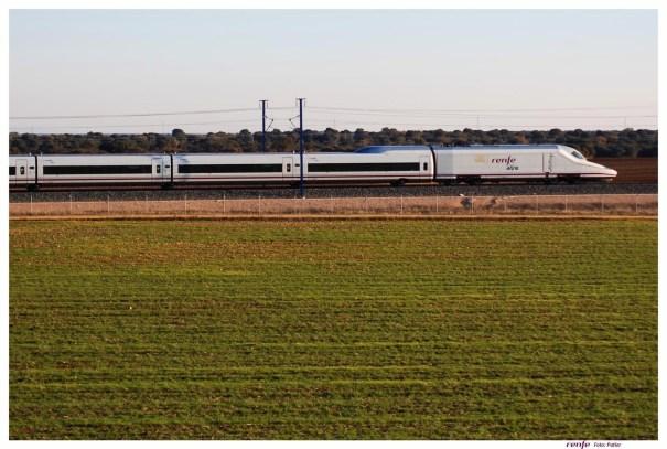 Imagen de un AVE circulando entre Madrid y Málaga. FOTO/ EP
