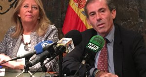 La alcaldesa de Marbella, Ángeles Muñoz, y el decano del Colegio de Abogados de Málaga, Javier Lara, en imagen de archivo, en rueda de prensa en el Ayuntamiento. FOTO/ MARBELLA CONFIDENCIAL