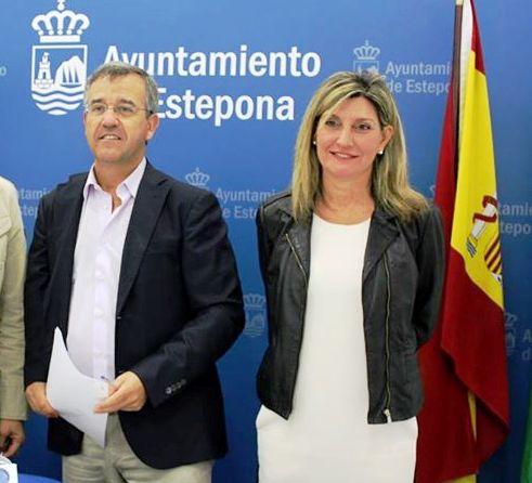 El alcalde de Estepona, José María García Urbano, junto a la concejala de Urbanismo y mano derecha, tanto en el Ayuntamiento como en negocios inmobiliarios privados, Ana Velasco, en imagen de archivo.