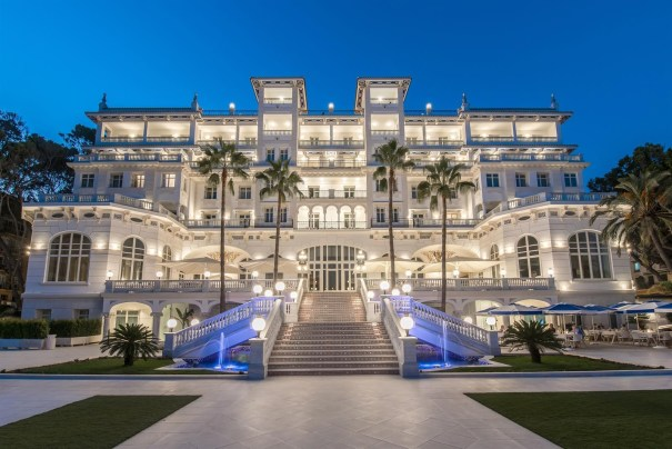 Imagen nocturna del Gran Hotel Miramar. FOTO/