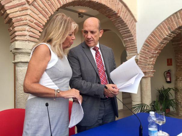 La alcaldesa de Marbella, Ángeles Muñoz (PP) y el teniente de alcalde delegado de Hacienda, Manuel Osorio (OSP) en imagen de archivo. FOTO/ MARBELLA CONFIDENCIAL