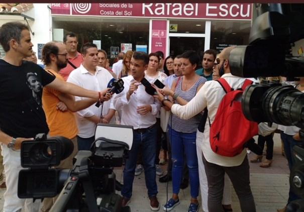 El presidente del PSOE de Málaga y portavoz municipal de Marbella, José Bernal, atiende a los periodistas este lunes. FOTO/ PSOE