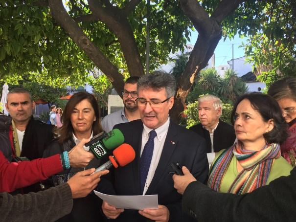 El exedil del PSOE de Marbella y miembro de la plataforma antideslinde, Juan Luis Mena, lee un comunicado este viernes. FOTO/ CABANILLAS