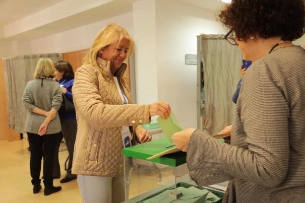 La alcaldesa y senadora Ángeles Muñoz, ejerciendo su derecho al voto en las pasadas elecciones autonómicas del 2 de diciembre de 2018. FOTO// PP