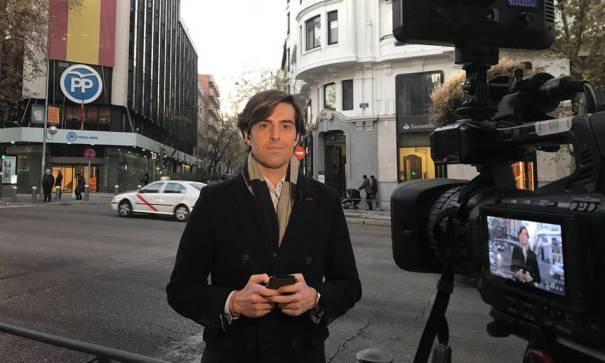 El periodista Pablo Montesinos durante una conexión en directo desde la sede del PP. FOTO/ Libertad Digital