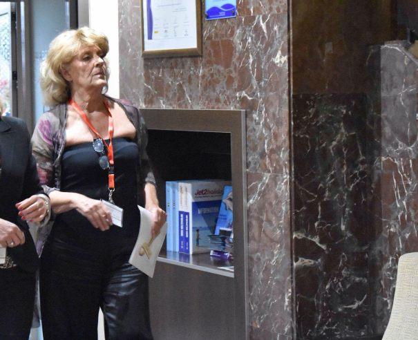 La miembro de 'Despertar sin violencia', cercana a Vox, apellidada Espinosa de los Monteros, tía del dirigente Iván Espinosa de los Monteros, este jueves al prohibir la entrada a periodistas en el Hotel San Cristóbal. FOTO/ CABANILLAS