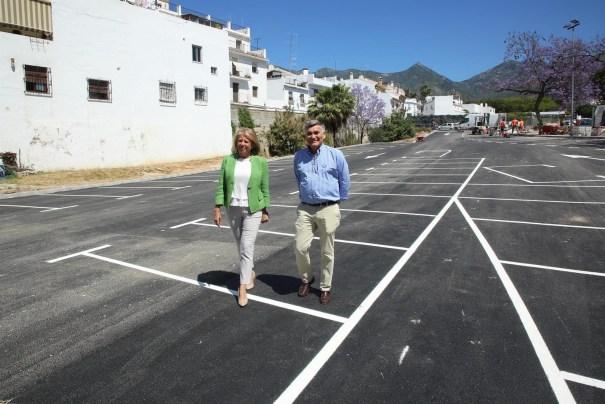 La alcaldesa de Marbella, Ángeles Muñoz, junto al exconcejal de Obras, Javier García (PP), en imagen de archivo, visitando el nuevo aparcamiento de calle Postigo, cercano al Casco Antiguo. FOTO/ Ayto de Marbella