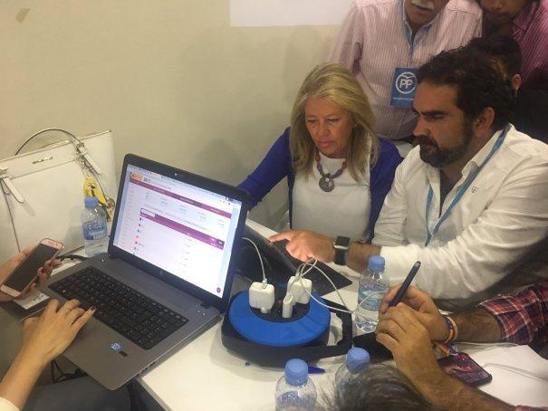 La alcaldesa de Marbella, Ángeles Muñoz, candidata del PP, junto al secretario general, Manuel Cardeña, consultan el escrutinio. FOTO/ CABANILLAS