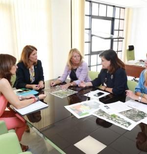 La alcaldesa de Marbella, Ángeles Muñoz (3a de izqda adrcha) este martes durante la reunión con la delegada de la Junta, Carmen Casero (preside la mesa), la directora general de Cultura de Marbella, Carmen Díaz, y la alto cargo de Urbanismo marbellí Isabel Guardabrazo (primera por la drcha). FOTO/ Ayto de Marbella