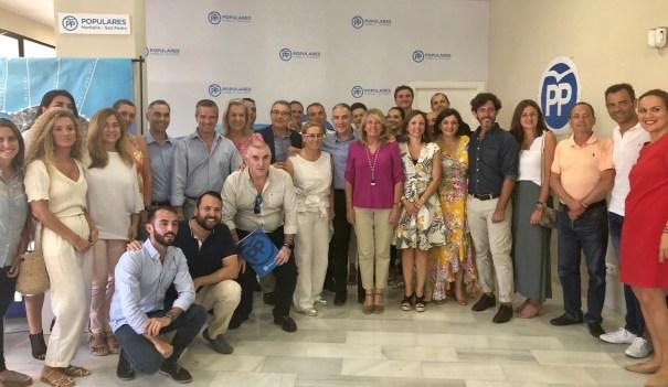 El presidente del PP de Málaga, Elías Bendodo, junto a la alcaldesa de Marbella, Ángeles Muñoz, y otros representantes de la provincia este lunes en la reunión comarcal celebrada en Marbella. Foto/ PP
