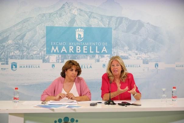 La alcaldesa de Marbella, Ángeles Muñoz, junto a la directora general de Turismo local, Laura de Arce, este lunes en rueda de prensa. FOTO/ Ayto de Marbella